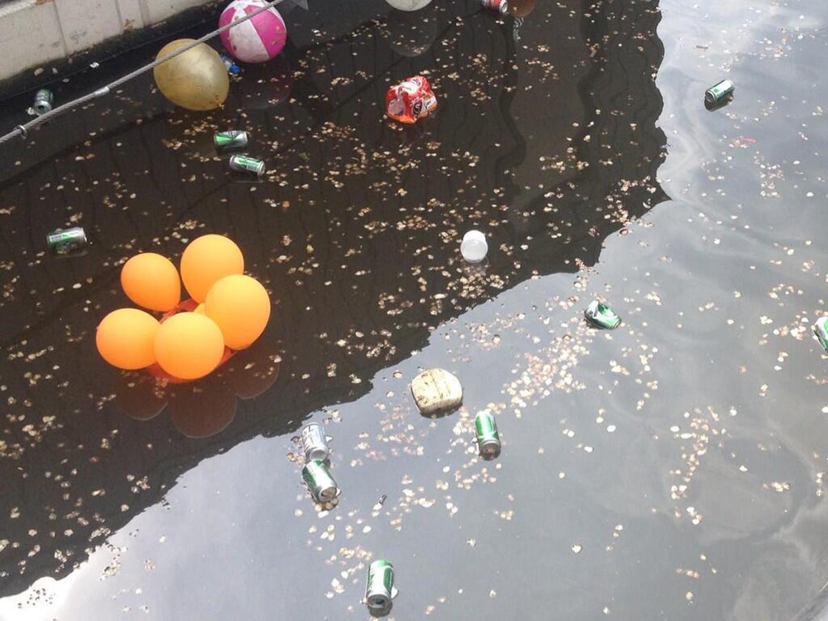Ballonnen en blikjes in de Amsterdamse grachten...