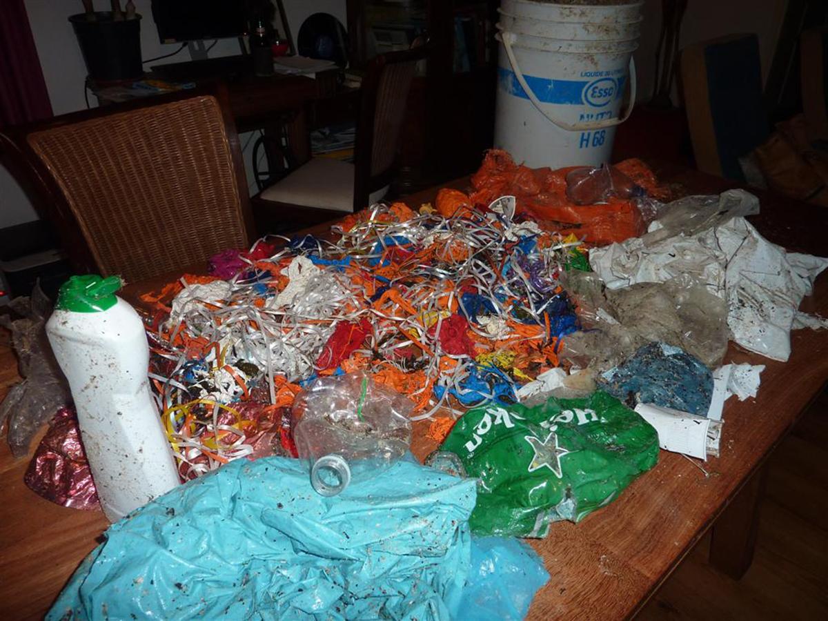 Gevonden op 28 april 2014 op een klein Waddenzeestrandje bij Oosterend op Texel; plastic afval en 101 ballonnen!! Ik heb de ballonnen met bedrijfsnamen netjes naar de eigenaren teruggestuurd. foto Annelies Schoo